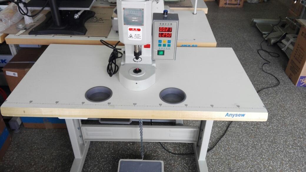 maquina-para-colocar-tachas-broches-electrica-D_NQ_NP_924311-MLA27321125812_052018-F